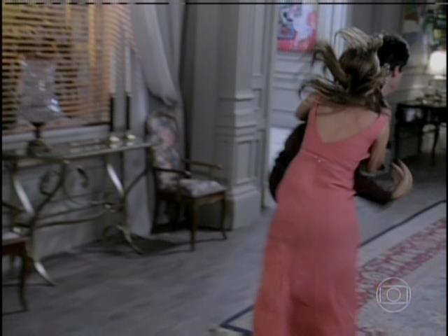 Paloma se desespera e agride Félix