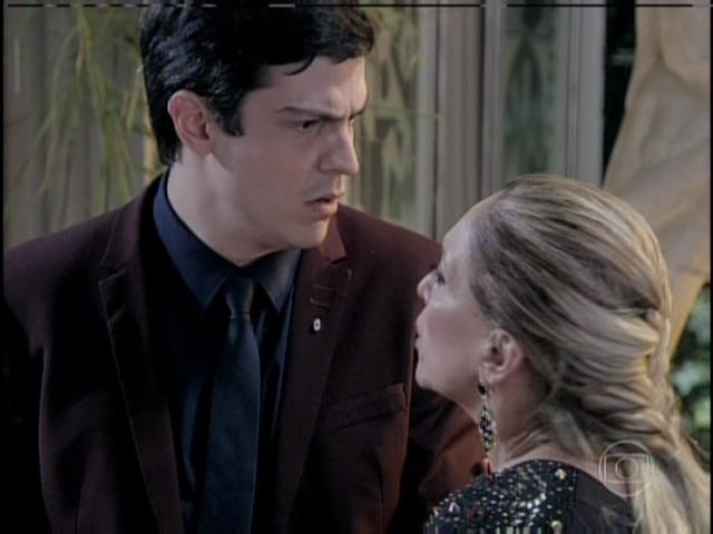Pilar, confusa, pede que Félix conte a verdade