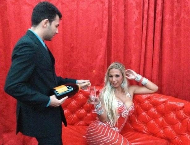 Valesca Popozuda posa poderosa com champanhe no camarim de um dos seus shows na Bahia