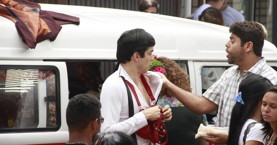 """19.nov.2013 - De barriga de fora, Mateus Solano grava cenas de """"Amor à Vida"""" com Elizabeth Savalla no Terreirão, no Recreio do Bandeirantes, do Rio de Janeiro"""
