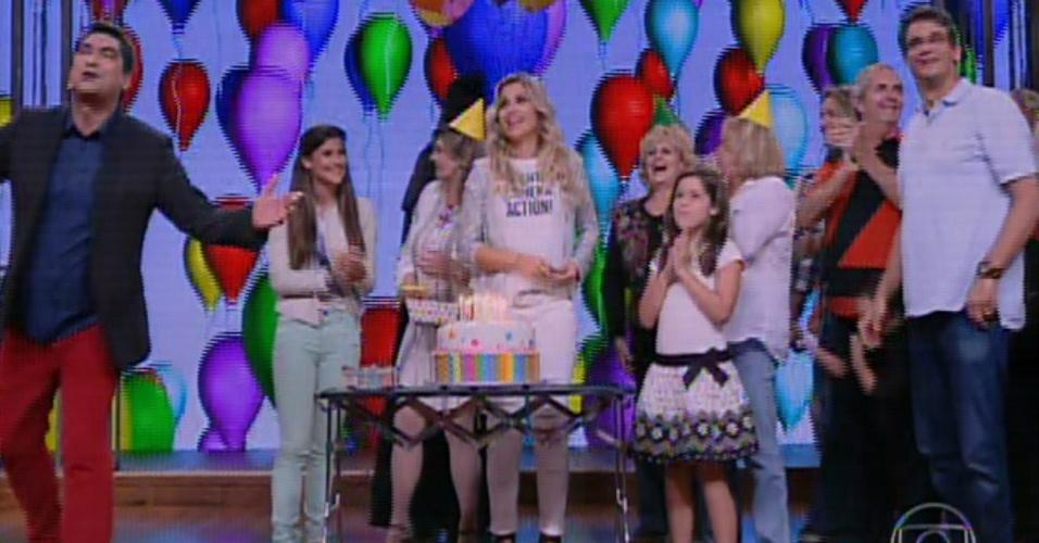 """19.nov.2013 - Flávia Alessandra ganha festa de aniversário de 40 anos no """"Vídeo Show"""" meses antes de completar a idade"""