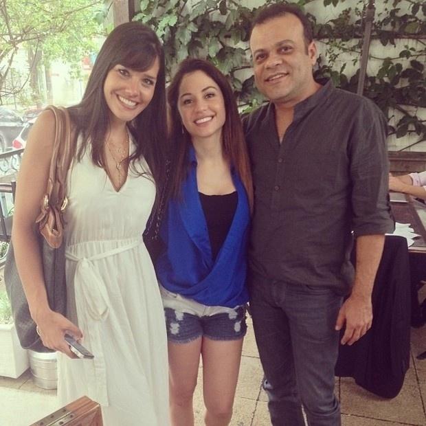 19.nov.2013 - Recuperando-se da cirurgia de retirada de um câncer no fígado, Maria Melilo almoçou com amigos. A modelo e atriz se reencontrou com os ex-BBB's Talula e Daniel.