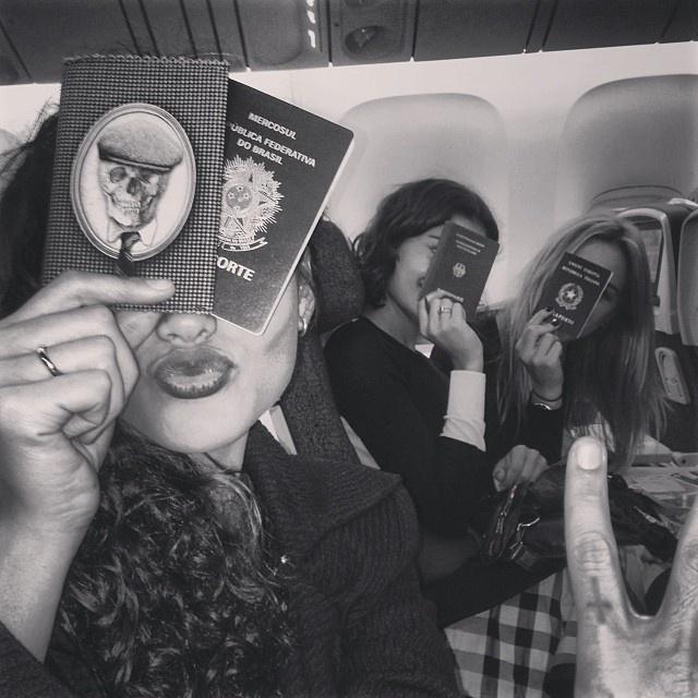 19.nov.2013 - Sophie Charlotte, Débora Nascimento e Fiorella Mattheis brincaram de exibir seus passaportes dentro do avião. As atrizes embarcaram para uma viagem aos Estados Unidos
