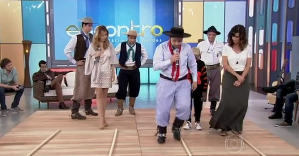 """Ao lado da atriz Leona Cavalli, Fátima aprendeu a dançar a chula, dança típica do Rio Grande do Sul, no """"Encontro"""" que foi ao ar no dia 19 de julho de 2013"""