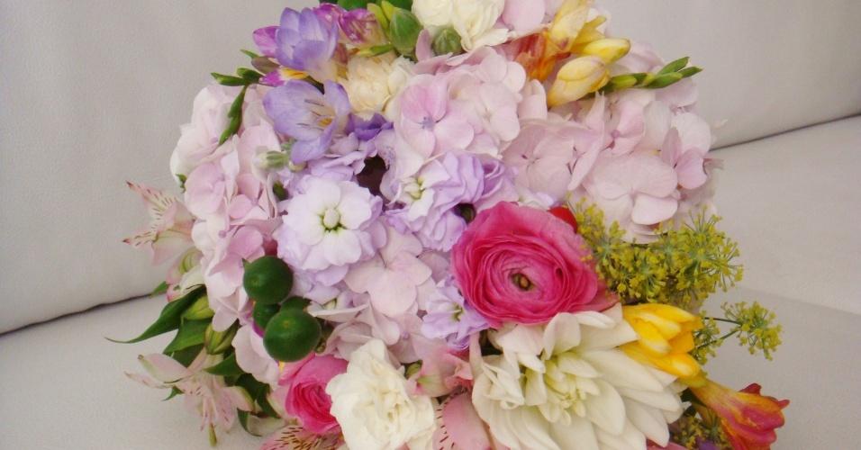 Buquê com hortênsia, astromélia, rosa, frésia, pimenta, ranúnculo e erva-doce; da Fleur d'Épices (fleurdepices.com.br), a partir de R$ 500. Disponibilidade e preço pesquisados em janeiro de 2014 e sujeitos a alteração