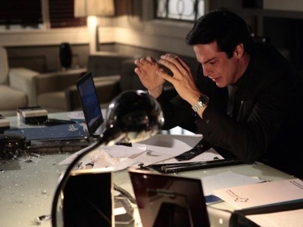 """Em """"Amor à Vida"""", Félix quebra toda sua sala após ser obrigado a deixar o hospital"""