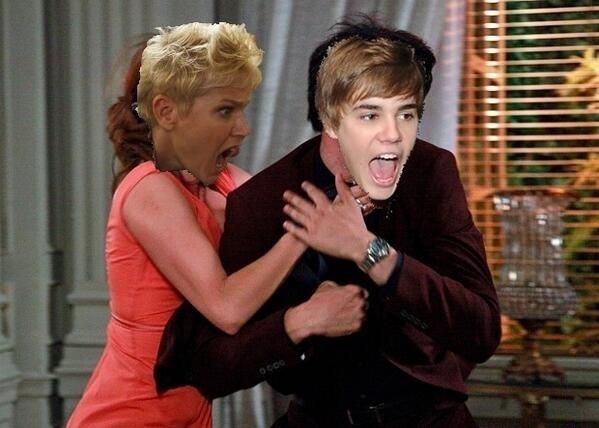 """Em uma das montagens, Xuxa enforca Justin Bieber: """"Maria X. dando uma lição num garoto chamado B (ou seria F?)"""", diz a legenda"""