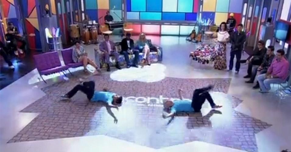 """Mesmo quando só apresenta as atrações do """"Encontro"""", Fátima não resiste e rebola de longe, ao observar cada apresentação. Foi o que ela fez ao assistir ao show de dois B-boys no programa que foi ao ar no dia 12 de julho de 2013"""