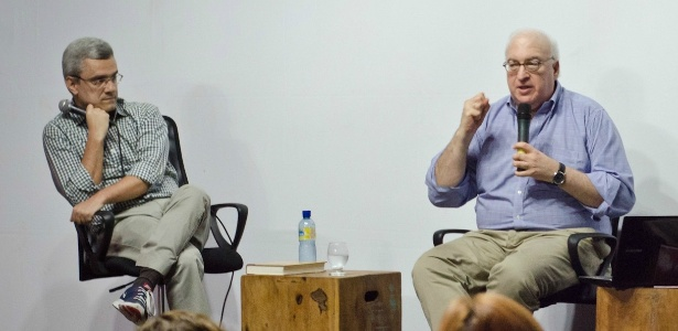 O biógrafo americano Laurence Bergreen (dir.), observado pelo jornalista Mário Magalhães, em palestra no Festival Internacional de Biografias, em Fortaleza - Henrique Kardozo/Estúdio Pã/Divulgação