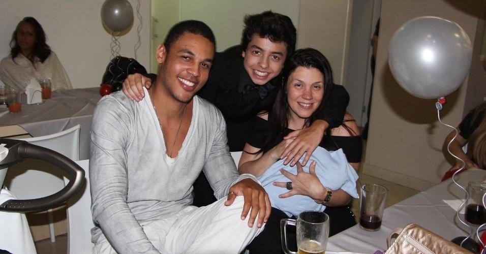 19.nov.2013 - Acompanhada do namorado, Patrick Silva, e da filha Aisha, Simony levou o filho recém-nascido, Anthony, à festa de aniversário de Gustavo Daneluz, em São Paulo