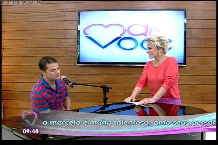20.nov.2013 - Após pedido de Ana Maria, Marcelo Serrado concorda em tocar piano ao vivo