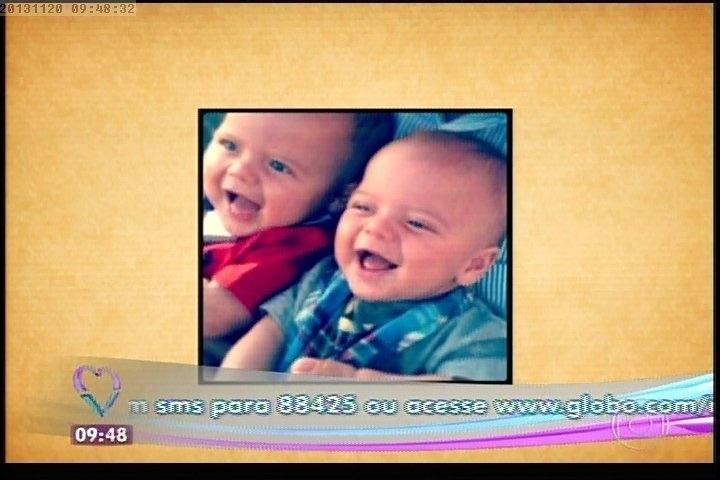 20.nov.2013 - Felipe e Guilherme, gêmeos de Marcelo Serrado com a mulher, Roberta Fernandes