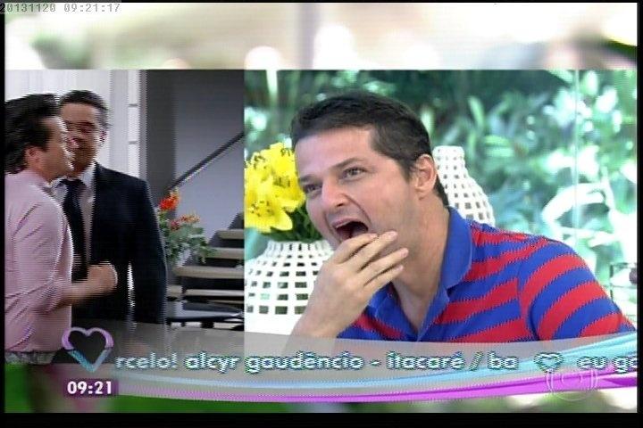 """20.nov.2013 - Marcelo Serrado olha algumas das cenas do filme """"Crô"""""""