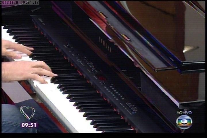 """20.nov.2013 - Marcelo Serrado toca piano ao vivo no """"Mais Você"""""""