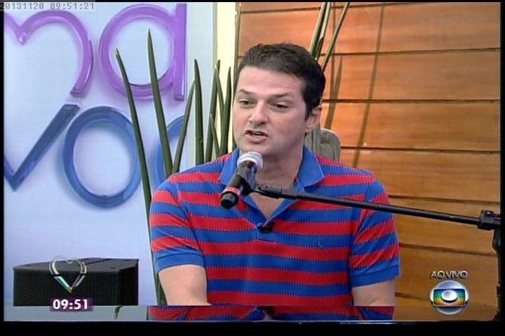 """20.nov.2013 - Marcelo Serrado toca piano e canta ao vivo no """"Mais Você"""""""