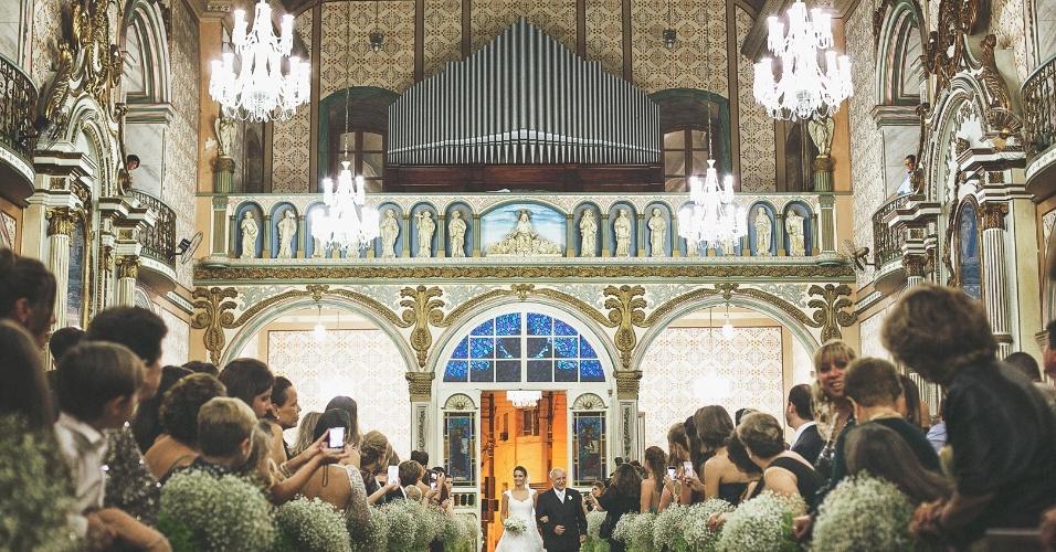Decoração, igreja, convidados e o momento mágico: a entrada da noiva, levada pelo pai. O casamento de Ana Paula Rangel e Rafael Palanch foi realizado em Guaratinguetá (SP)