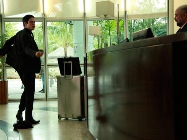 """Em """"Amor à Vida"""", Félix dança funk e humilha gerente de hotel ao ficar sem dinheiro"""