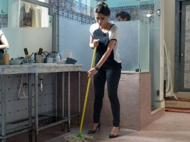 """Em """"Amor à Vida"""", Leila é obrigada por Natasha a lavar o banheiro da mansão"""