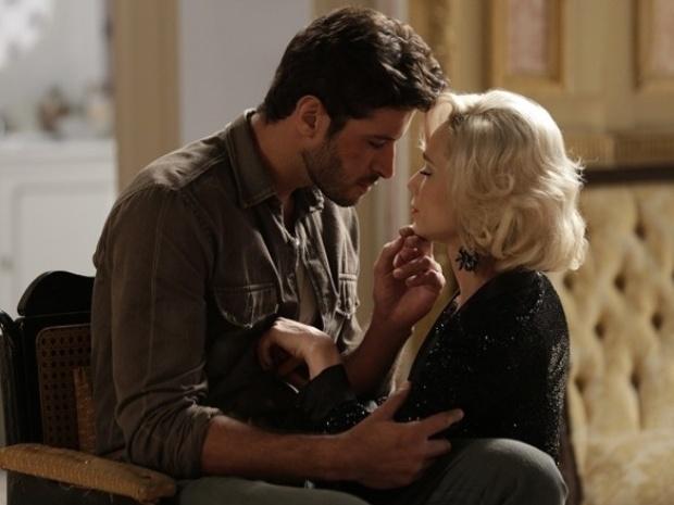 """Em """"Joia Rara"""", Aurora se oferece para ajudar Davi e os dois se beijam"""