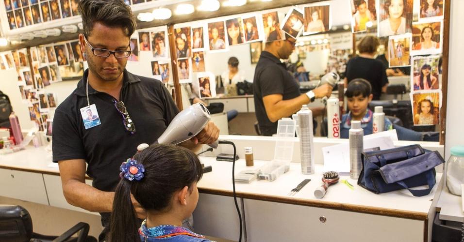 """14.nov.2013 -  A atriz Cinthia Cruz (Cris) se prepara para entrar em cena nos bastidores da novela """"Chiquititas"""""""