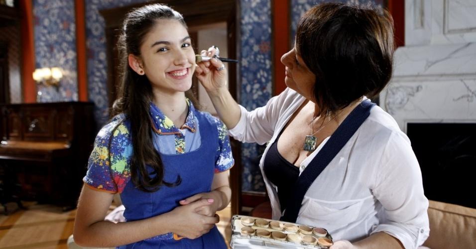 """14.nov.2013 - A atriz Giovanna Grigio recebe os cuidados da equipe de maquiagem do SBT para gravar mais algumas cenas de """"Chiquititas"""""""
