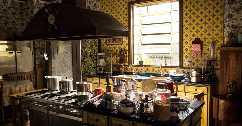"""14.nov.2013 - A cozinha do mestre Chico (João Acaiabe) nos estúdios da novela """"Chiquititas"""""""
