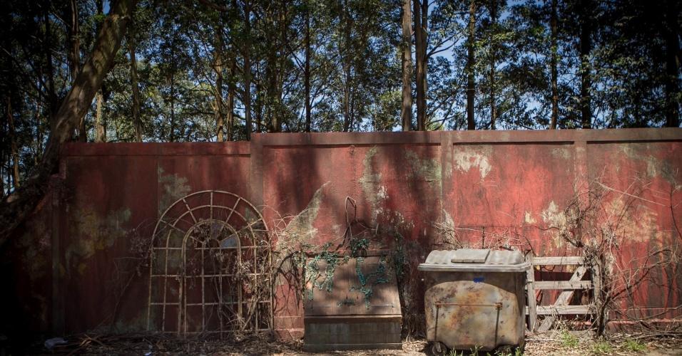 """14.nov.2013 - Na cidade cenográfica de """"Chiquititas"""", detalhe para o porão próximo ao orfanato Raio de Luz"""