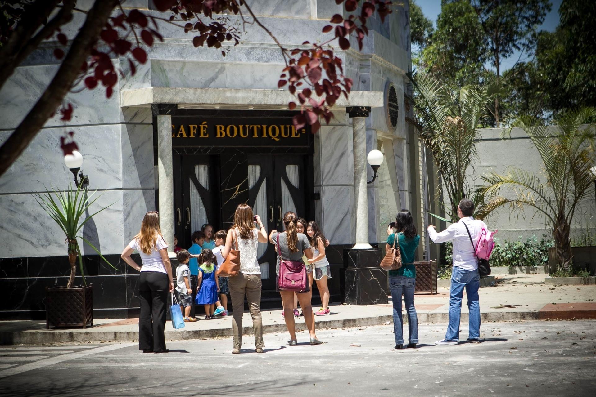 14.nov.2013 - Organizado pelo setor de marketing do SBT, filhos de publicitários visitam a cidade cenográfica de