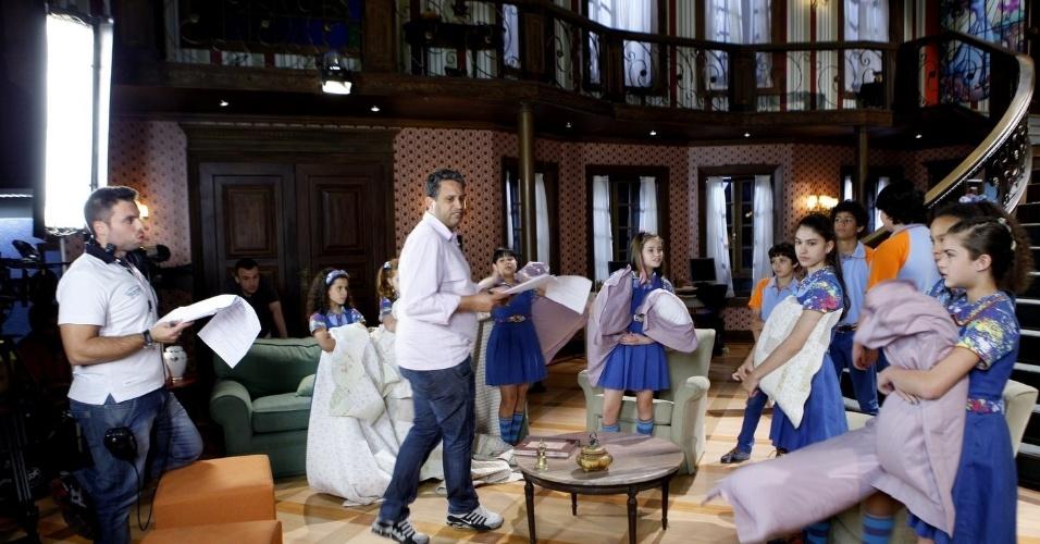 """14.nov.2013 Nessa cena, o assistente de direção Eduardo Pereira e o diretor Roberto Menezes dirigem o elenco de """"Chiquititas"""", na cena em que eles """"perderam"""" uma aranha em casa"""