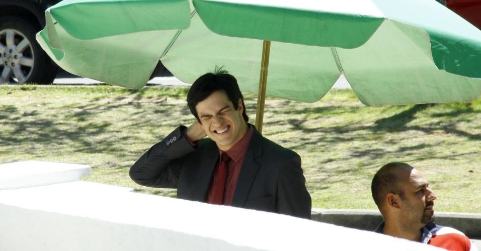 21.nov.2013 - Pobre, Félix (Mateus Solano) será obrigado a deixar o carro de lado e se locomover de van. As cenas foram filmadas em um prédio comercial na Barra da Tijuca, na Zona Oeste do Rio de Janeiro