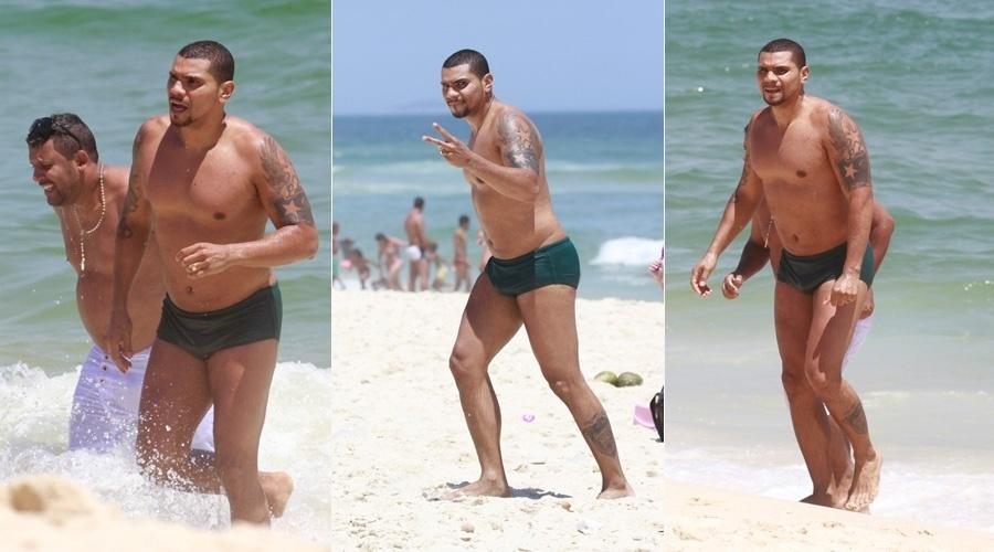 21.nov.2013 - Sem a mulher, Moranguinho, Naldo curtiu praia com amigos na Barra da Tijuca, zona oeste do Rio