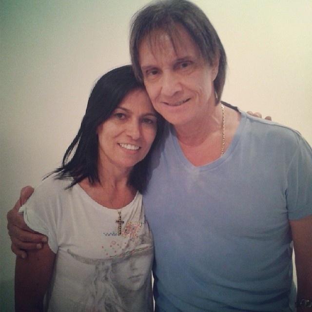 21.nov.2013- Miriam Macedo, mãe de Anitta, tieta Roberto Carlos nos bastidores de gravação.
