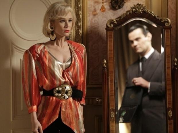 """Em """"Joia Rara"""", Manfred tenta comprar Aurora com joia, mas leva fora"""