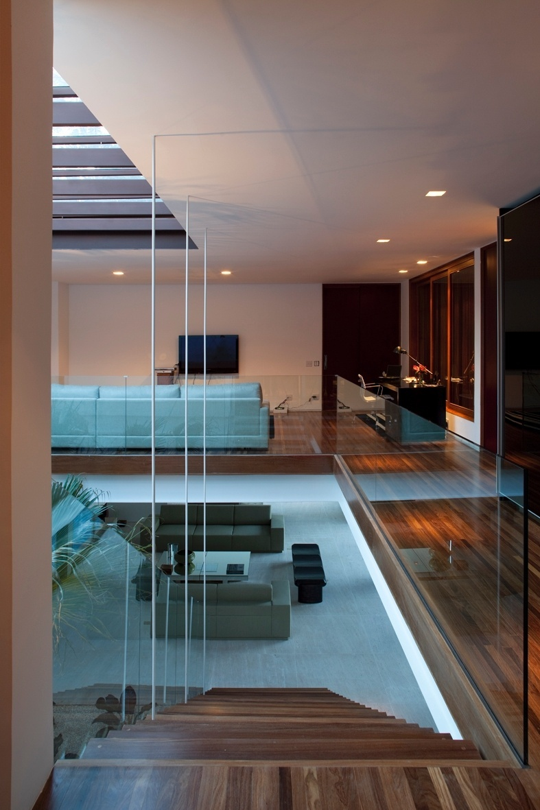 A casa M.A.N. se desenvolve a partir de uma circulação vertical e central entre os pavimentos térreo e superior, sobre o platô natural do terreno. O formato em