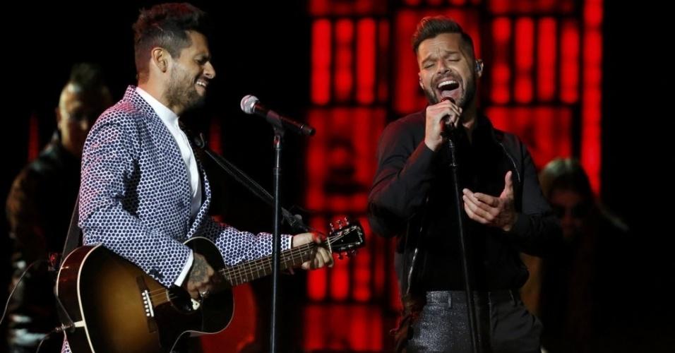 21.nov.2013 - Draco e Ricky Martin cantam na 14ª edição dos Latin Grammy Awards em Las Vegas