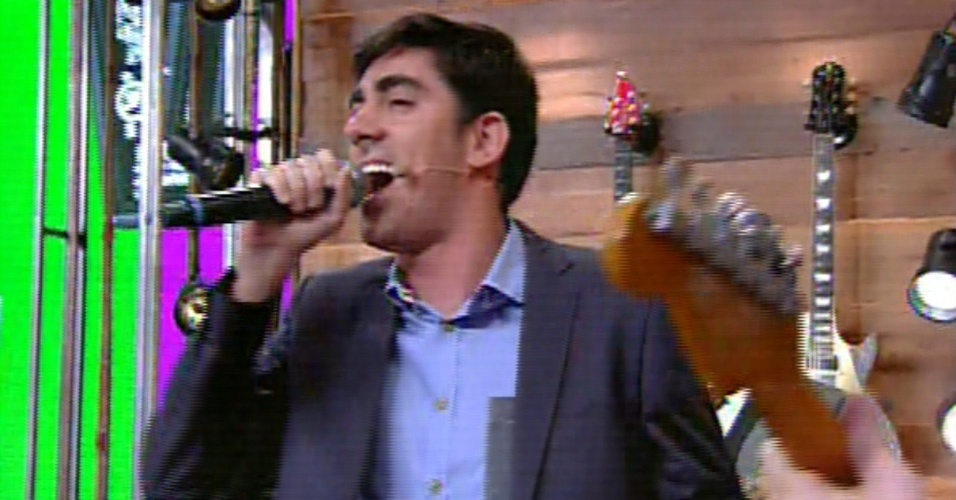 22.nov.2013 - Marcelo Adnet canta no