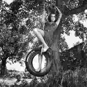 A famosa modelo brasileira dos anos 1980, Betty Prado, aparece no Calendário Pirelli 2014 fotografado por Helmut Newton em 1986 - Divulgação