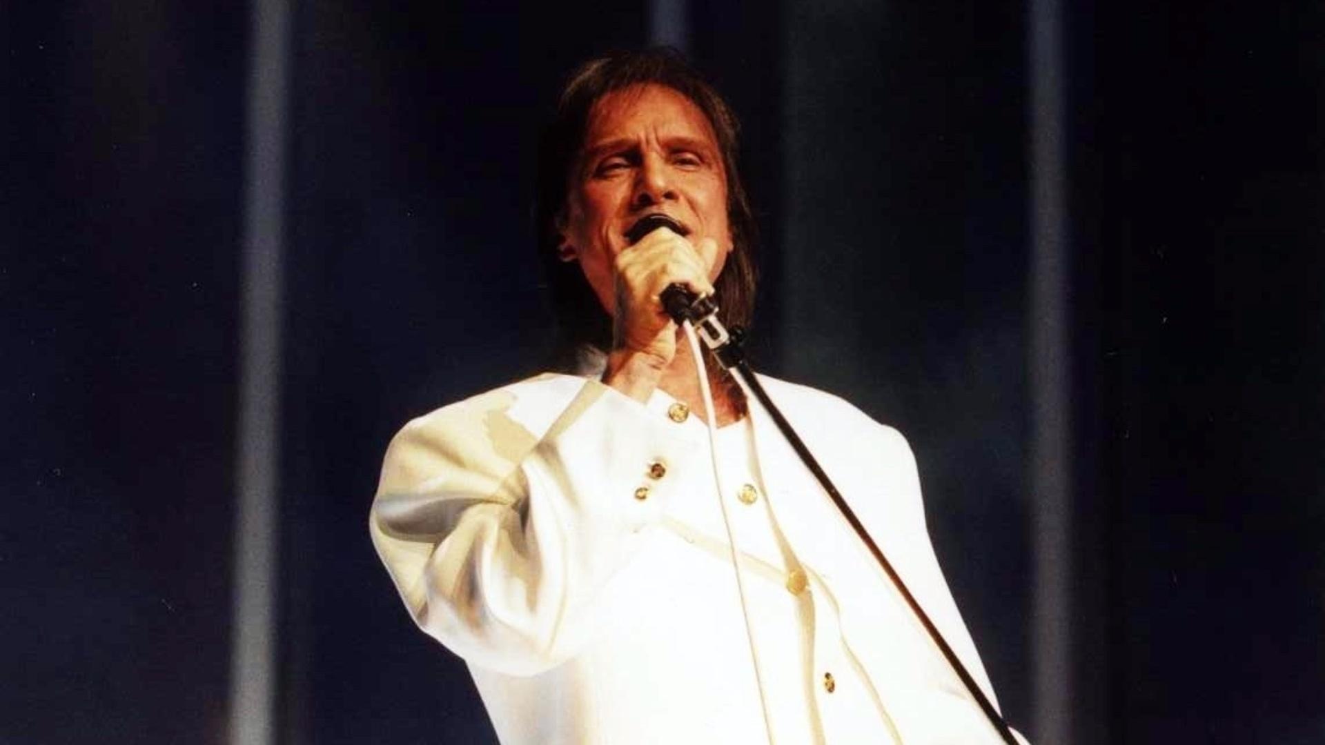 Com terno branco, Roberto Carlos grava especial exibido em 2002