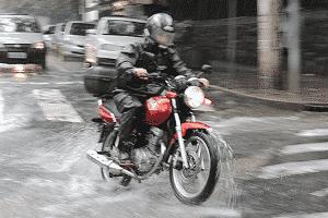 Cuidado ao pilotar em pisos molhados - Infomoto - Infomoto