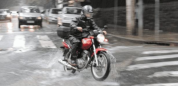 Cuidado: sob chuva, aderência cai, obstáculos se escondem e hábitos mudam - Infomoto