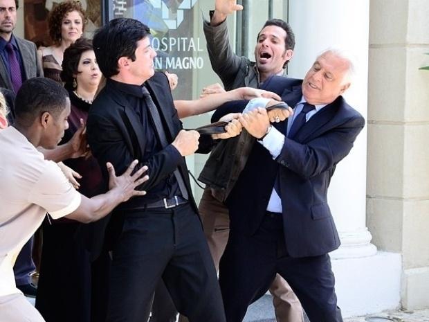 """Em """"Amor à Vida"""", César dá surra de cinto em Félix"""