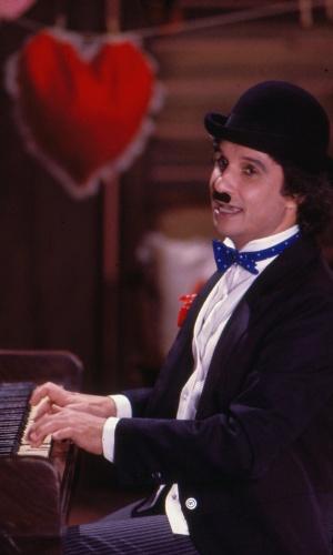 Fantasiado de Charles Chaplin, Roberto Carlos toca piano no especial exibido em1982