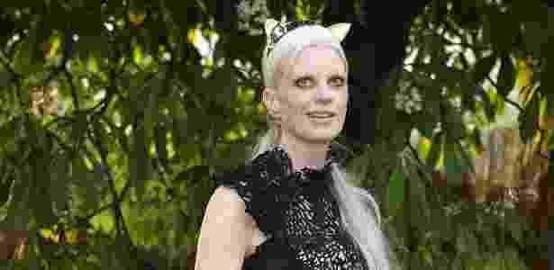 Kristen McMenamy é a representante com cabelo cinza do mundo da moda - Getty Images