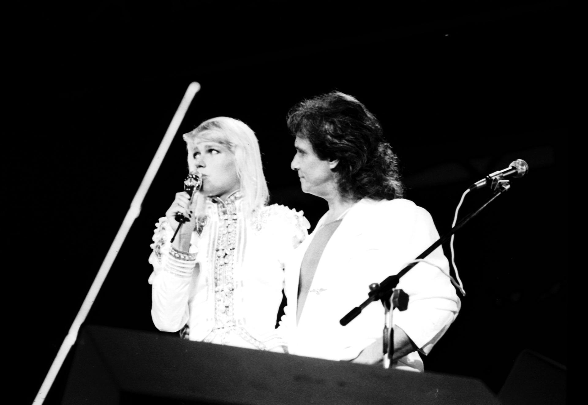 Roberto Carlos canta com a apresentadora Xuxa no especial de1990