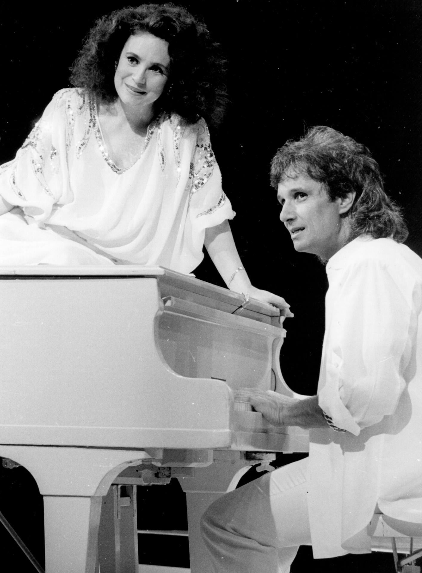 Roberto Carlos recebe a atriz Regina Duarte no especial exibido em 1985