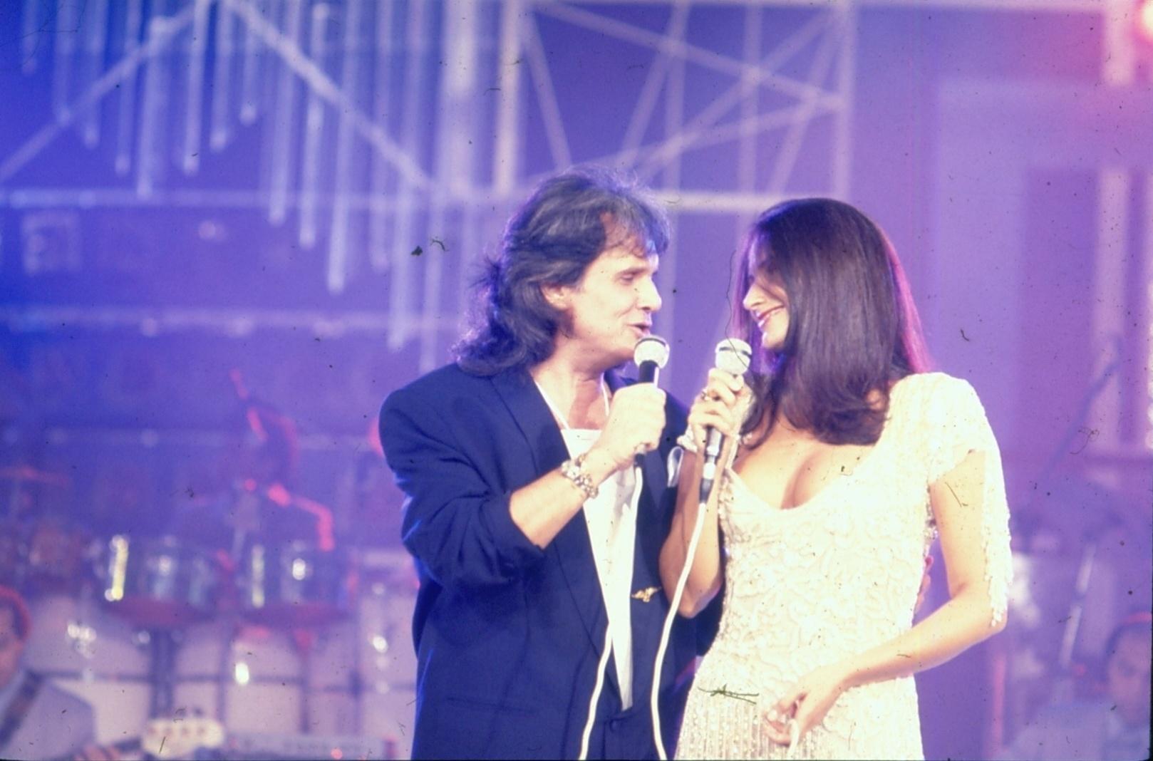 Roberto carlos recebe Fafá de Belém no especial exibido em 1991