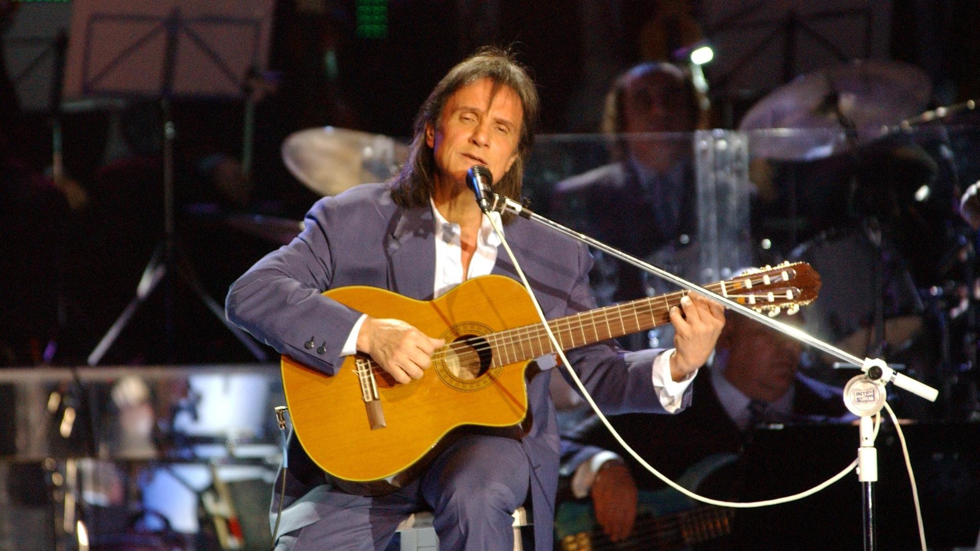 Roberto Carlos toca violão no especial exibido em 2005