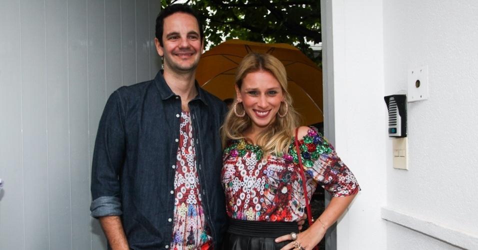 23.nov.2013 - A estilista Lethicia Bronstein e o marido no aniversário da jornalista Ticiana Villas Boas no Jardim Europa, em São Paulo