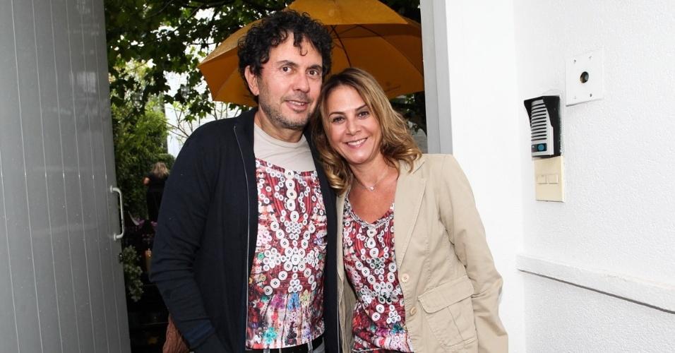 23.nov.2013 - O arquiteto João Armentano e a mulher, Cris, no aniversário da jornalista Ticiana Villas Boas no Jardim Europa, em São Paulo