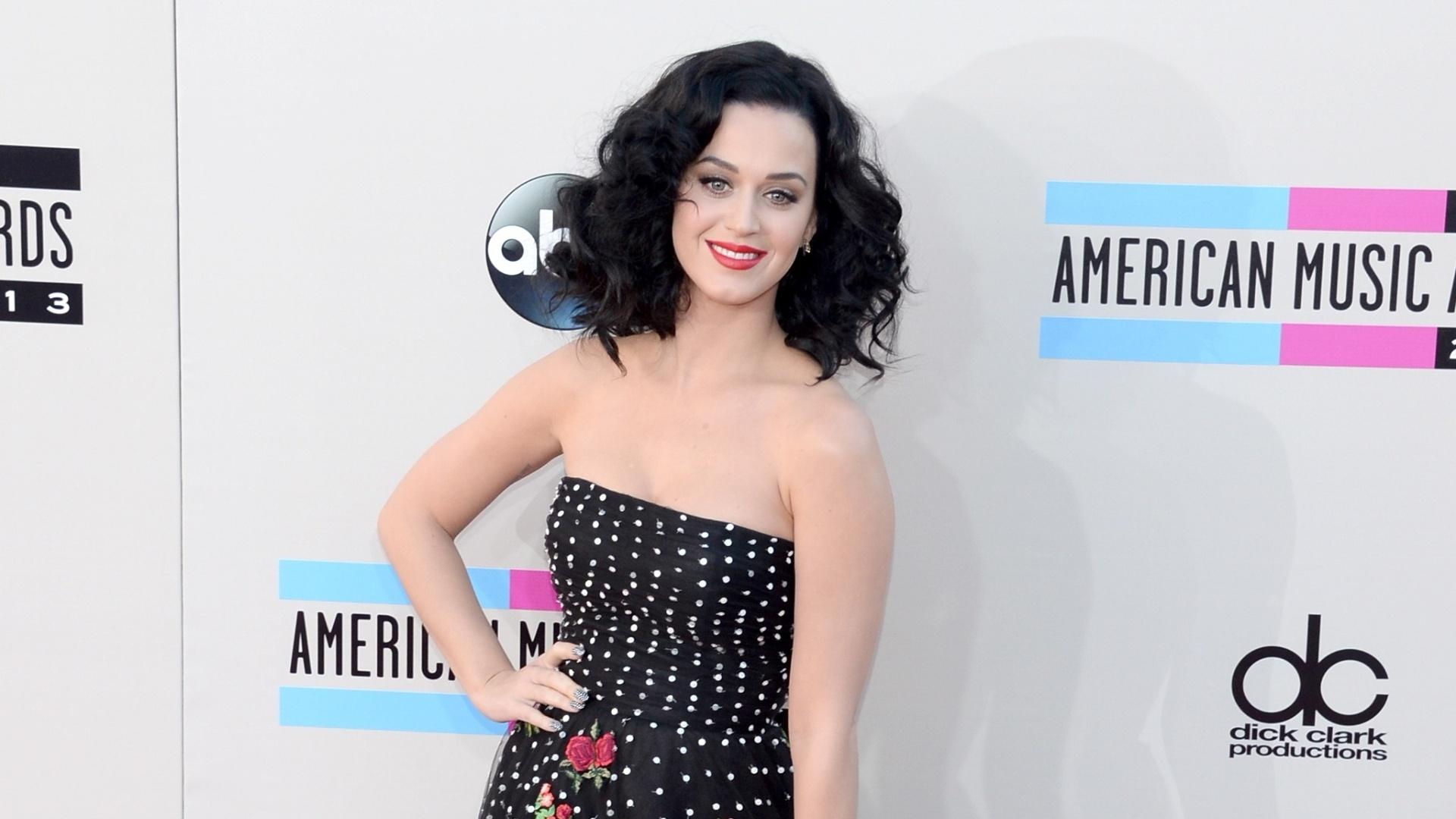 24.nov.2013 - De cabelos negros, Katy Perry chega para o American Music Awards, em Los Angeles